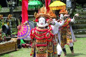 Photo des acteurs masqués du théâtre balinais